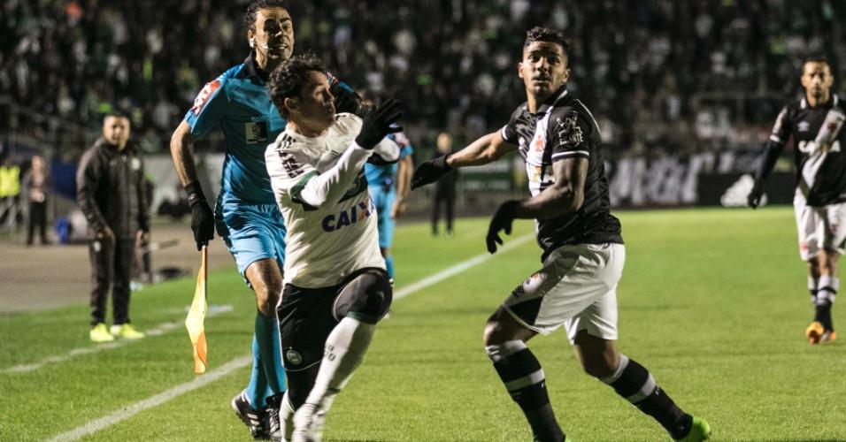 Kleber Gladiador supera marcação de Henrique em Coritiba x Vasco