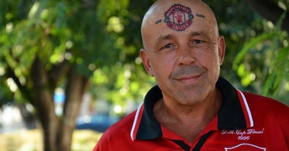 É bem comum torcedores tatuarem o escudo do time do coração. Então este fã do Manchester United resolveu inovar