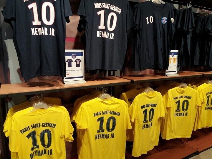 PSG lança modelo econômico e camiseta barata de Neymar faz sucesso em Paris  - 06 08 2017 - UOL Esporte 40e817605633c
