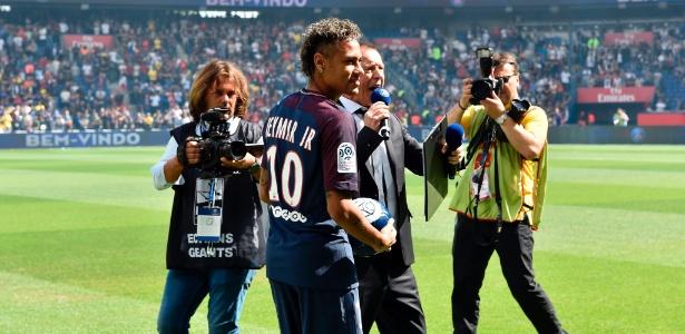 Neymar foi contratado pelo PSG na maior transação da história do futebol