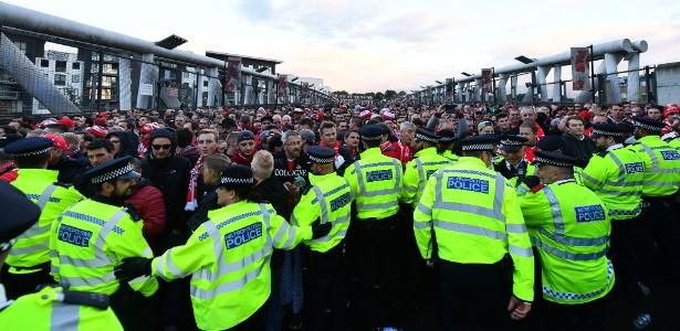 Polícia tenta conter confusão antes de duelo entre Arsenal e Colônia