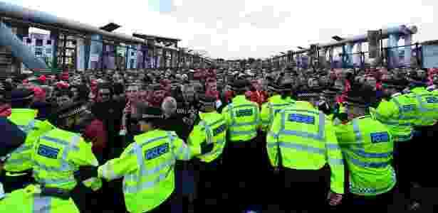 Polícia inglesa tenta conter confusão antes de Arsenal x Colônia   - Dan Mullan/Getty Images