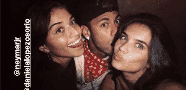 Neymar posa para foto com as modelos Daniela Osorio e Sara Sampaio - reprodução/Instagram - reprodução/Instagram