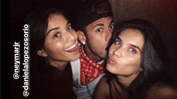 Neymar posa para foto com as modelos Daniela Osorio e Sara Sampaio