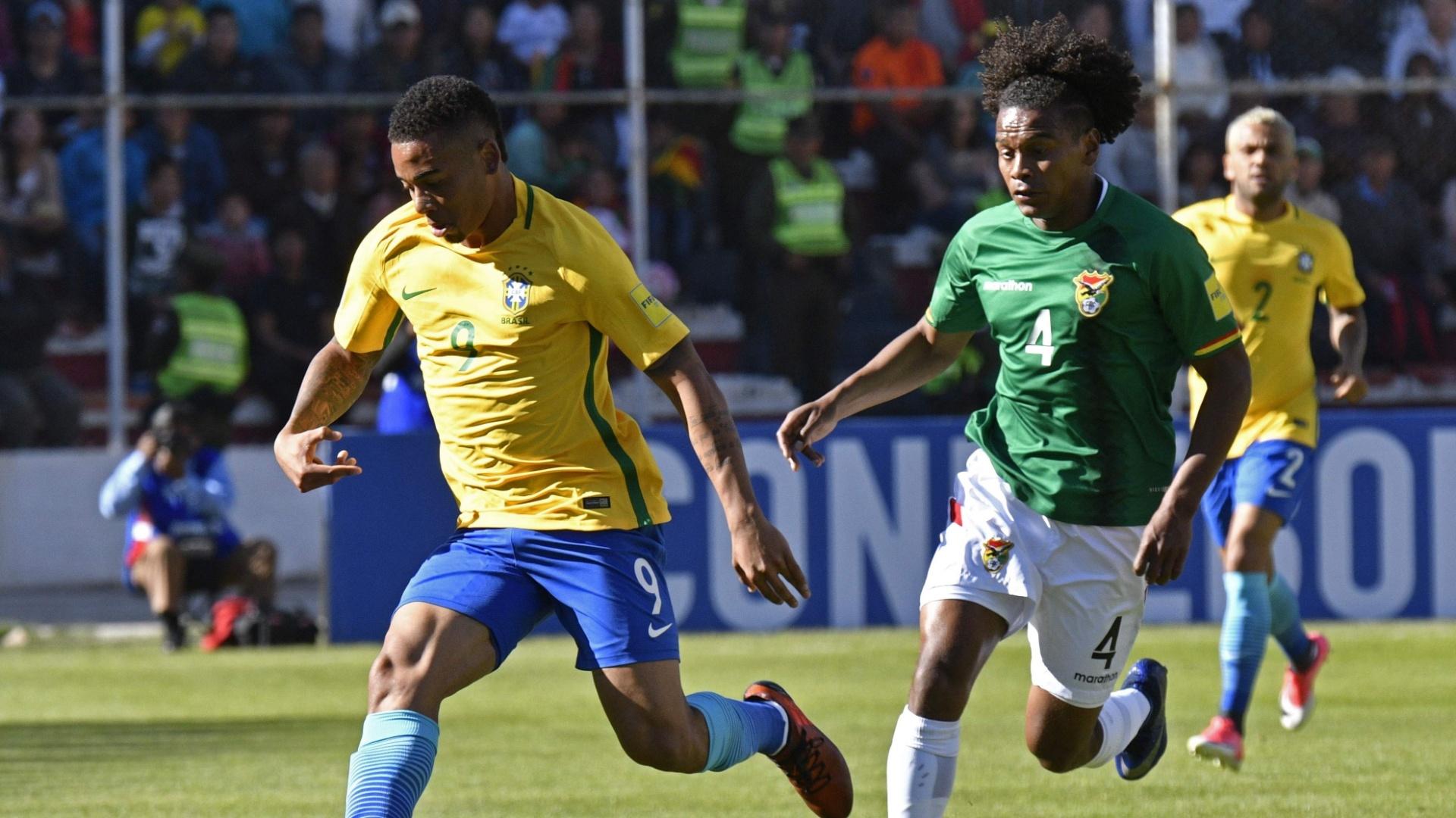 Gabriel Jesus carrega a bola e é seguid por Leonel Morales, da Bolívia