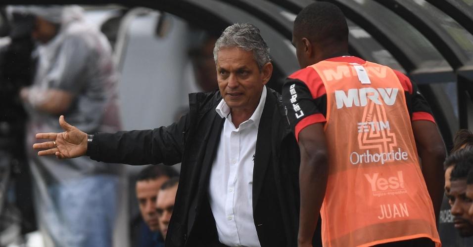 Reinaldo Rueda, técnico do Flamengo, orienta Juan durante jogo contra o São Paulo