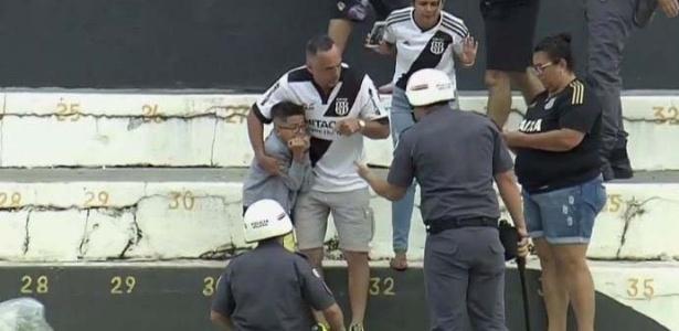 Gil tenta argumentar com policial na arquibancada do Moisés Lucarelli