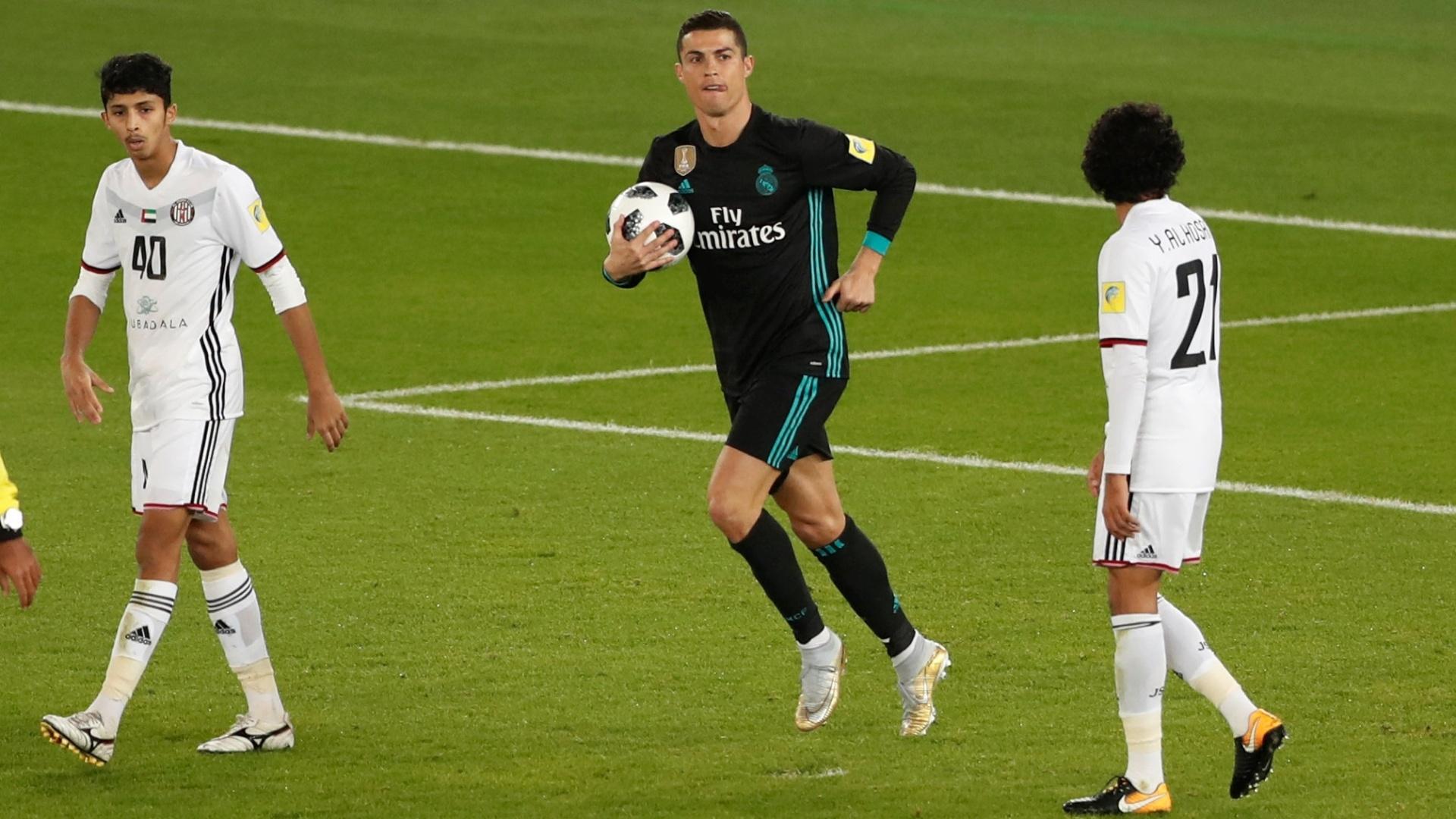 Cristiano Ronaldo pega a bola após empatar para o Real Madrid contra o Al Jazira
