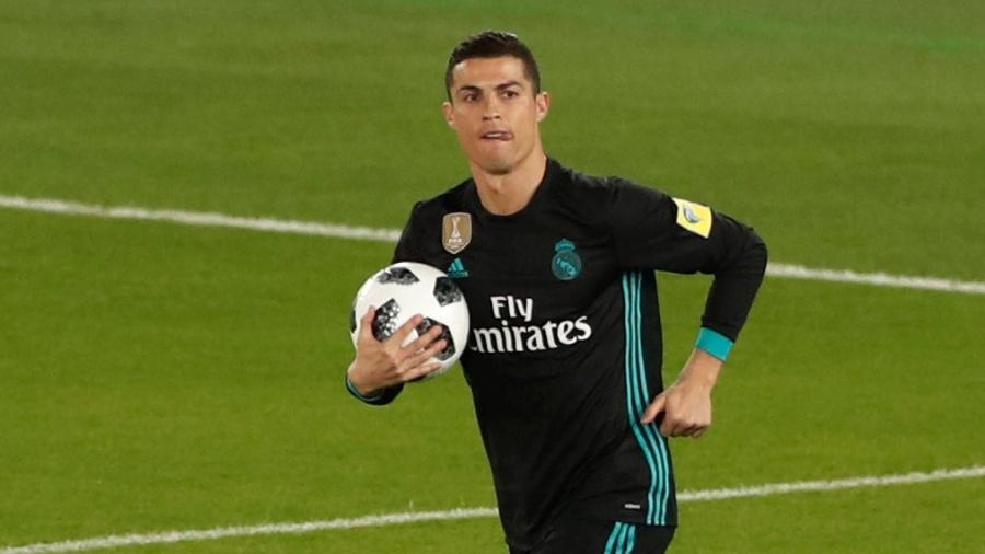 Cristiano Ronaldo pega a bola após empatar para o Real Madrid contra o Al Jazira - REUTERS/Amr Abdallah Dalsh
