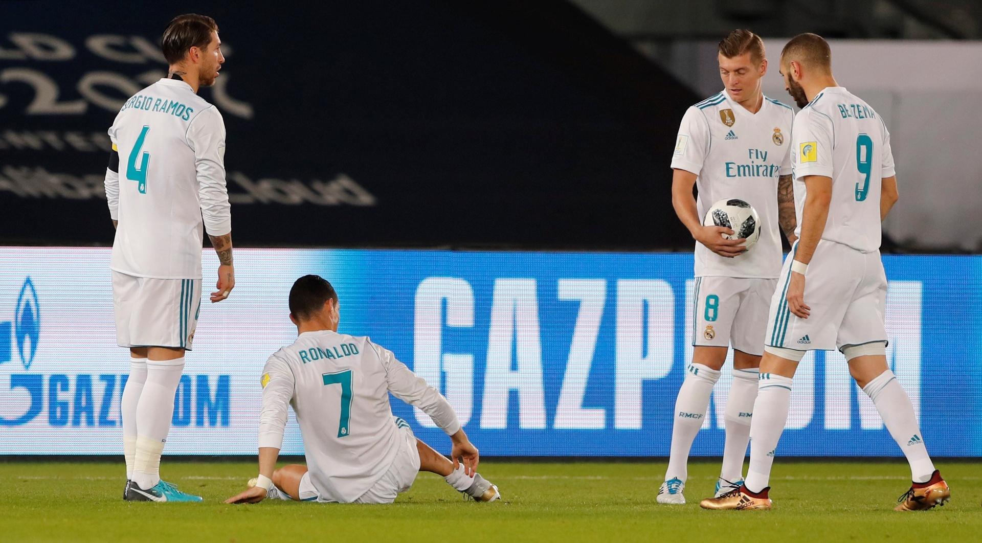 Cristiano Ronaldo fica no chão após entrada de Pedro Geromel, na final do Mundial de Clubes