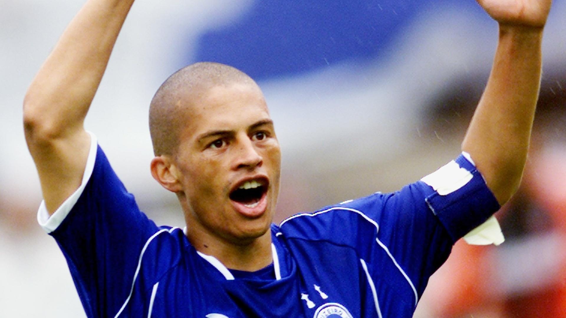 Alex, do Cruzeiro, comemora gol marcado contra o Fluminense no Brasileiro de 2003, vencido pelo clube mineiro
