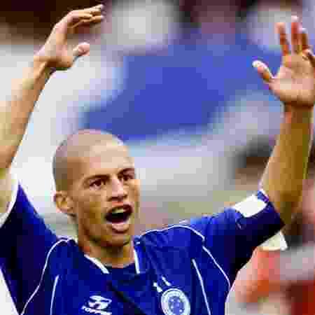Alex, do Cruzeiro, comemora gol marcado contra o Fluminense no Brasileiro de 2003, vencido pelo clube mineiro - REUTERS/Bruno Domingos