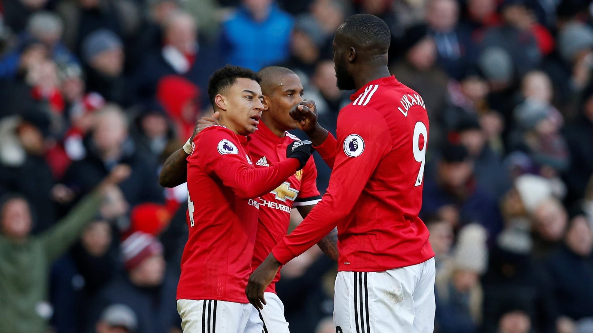 Jogadores do Manchester United comemoram gol de Lingard contra o Chelsea