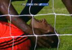 Magrão salta para defender falta, bate cabeça contra trave e leva 2 pontos - reprodução/TV Globo