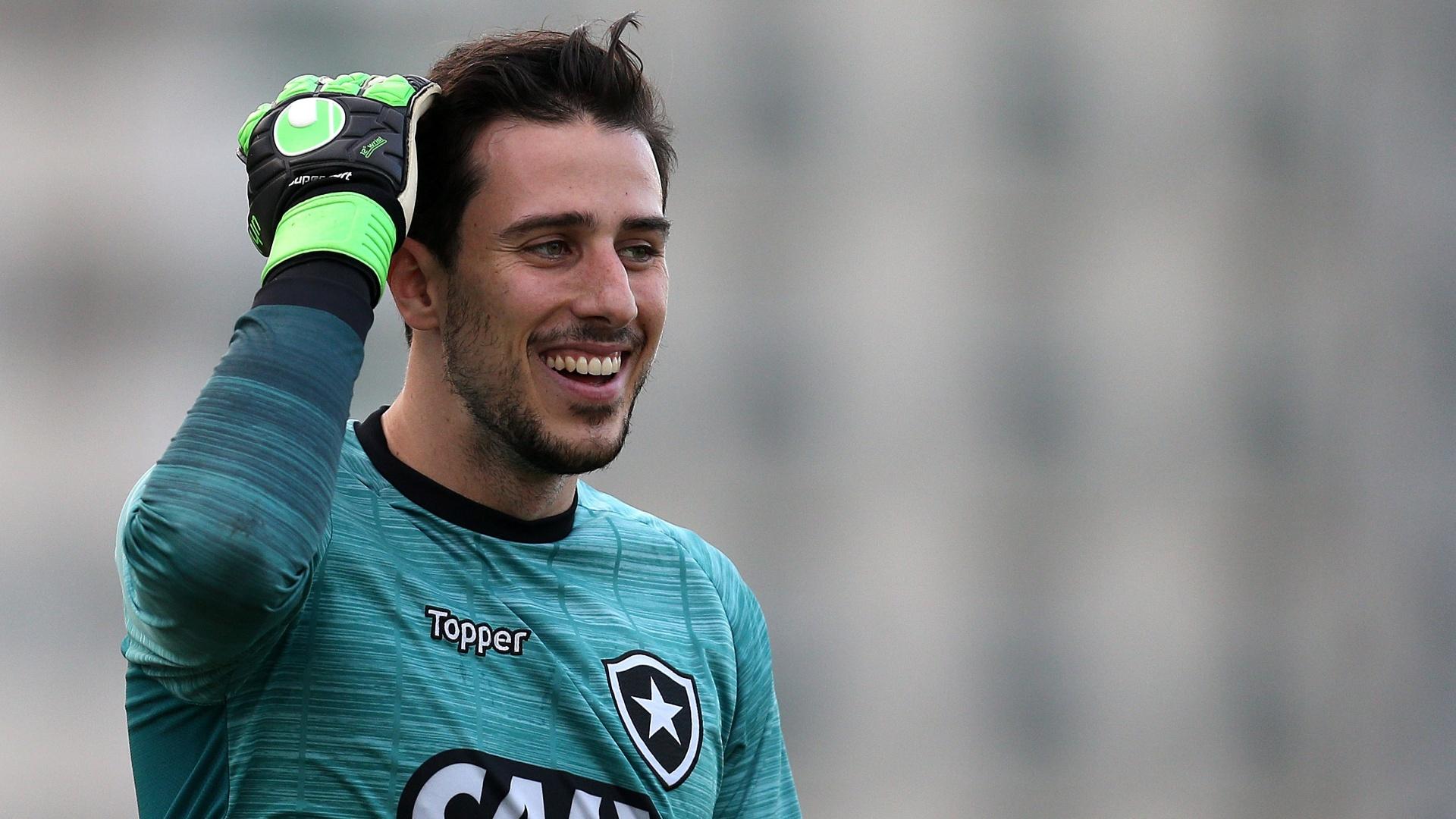 O goleiro Helton Leite em treino do Botafogo