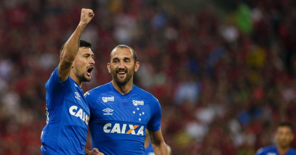 De Arrascaeta, do Cruzeiro, comemora gol sobre o Flamengo na Libertadores