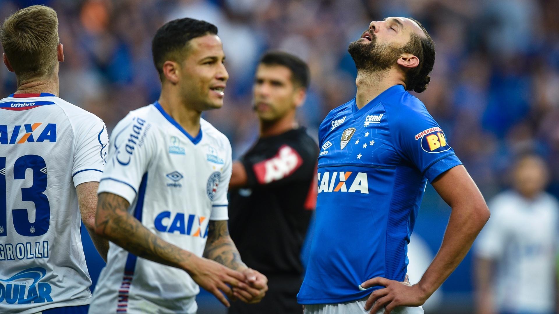 O atacante Barcos lamenta chance perdida pelo Cruzeiro diante do Bahia