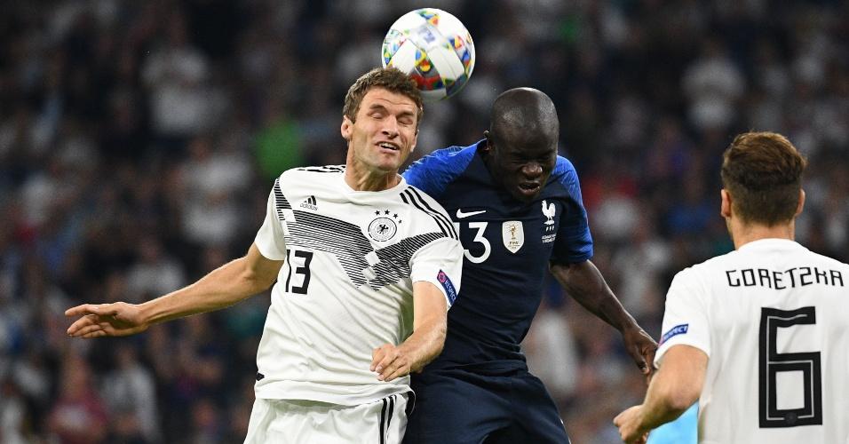 Thomas Muller e Kanté disputam a bola pelo alto no jogo entre Alemanha e França