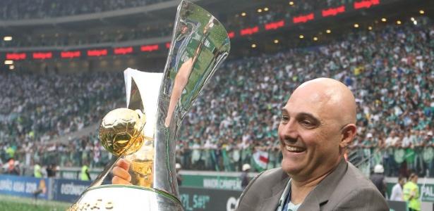 Maurício Galiotte, presidente do Palmeiras, levanta a taça do Brasileirão