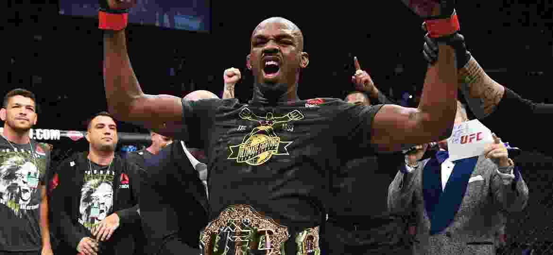Jon Jones recebe o cinturão do UFC após nocautear o sueco Alexander Gustafsson - Josh Hedges/Zuffa LLC/Zuffa LLC via Getty Images