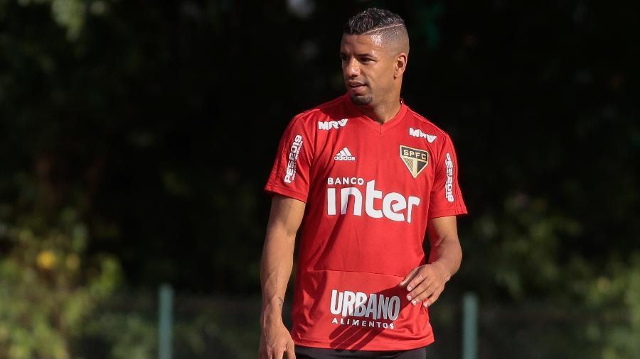 Bruno Peres foi liberado dos treinos do São Paulo para definir seu futuro - Marcello Zambrana/AGIF