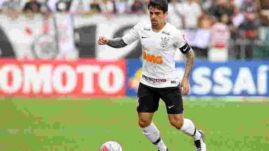 Fagner controla a bola durante partida do Corinthians contra o São Caetano no Campeonato Paulista - Rodrigo Coca/ Ag. Corinthians