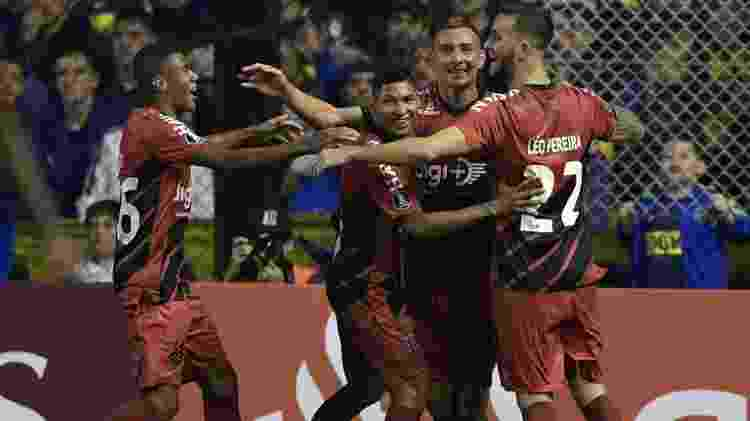 Marco Ruben comemora com os companheiros após marcar para o Athletico-PR contra o Boca Juniors pela Libertadores - Juan Mabromata/AFP - Juan Mabromata/AFP