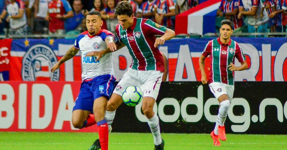 Pedro disputa bola durante partida entre Fluminense e Bahia