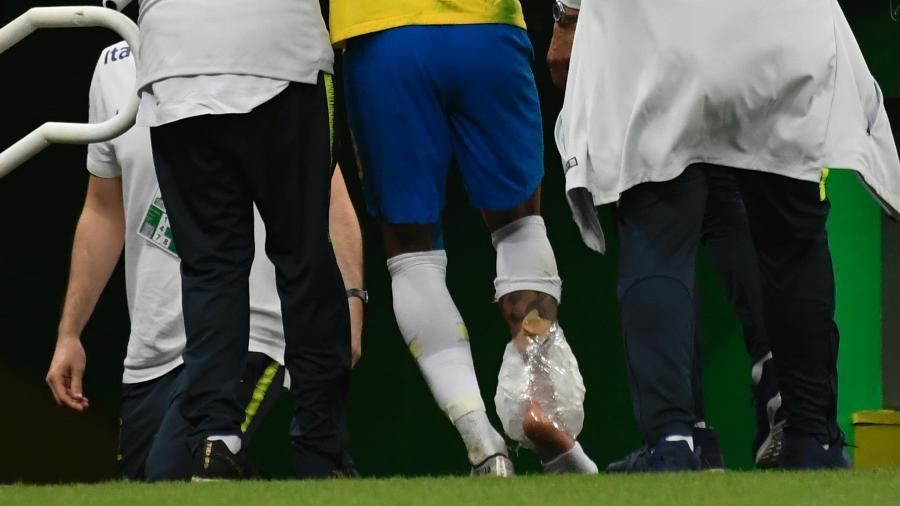Neymar deixou o jogo contra o Qatar e precisou ser carregado até o vestiário do Mané Garrincha - Mateus Bonomi/AGIF