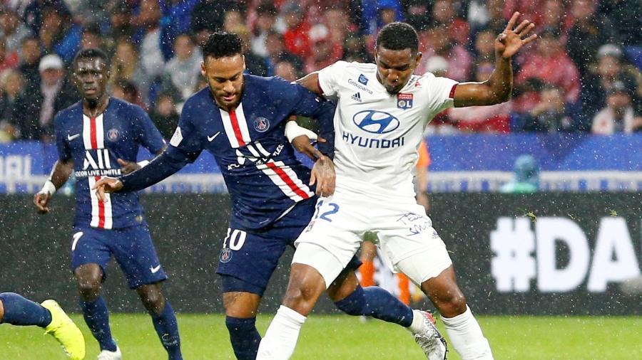 Neymar disputa a bola com Thiago Mendes no confronto Lyon x PSG - Emmanuel Foudrot/Reuters