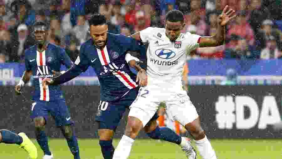 Neymar disputa a bola com Thiago Mendes em confronto entre PSG e Lyon - Emmanuel Foudrot/Reuters