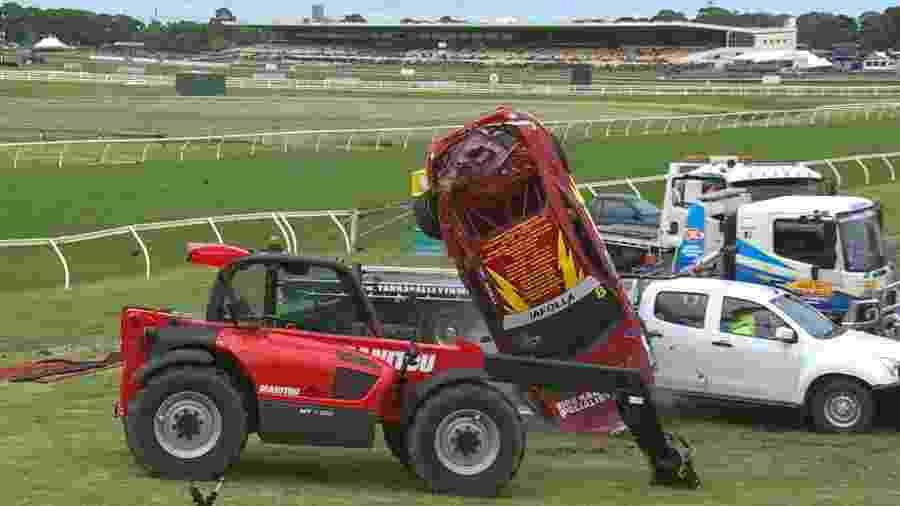 Carro do piloto australiano John Iafolla atinge veículo da organização após capotagens em corrida - Divulgação