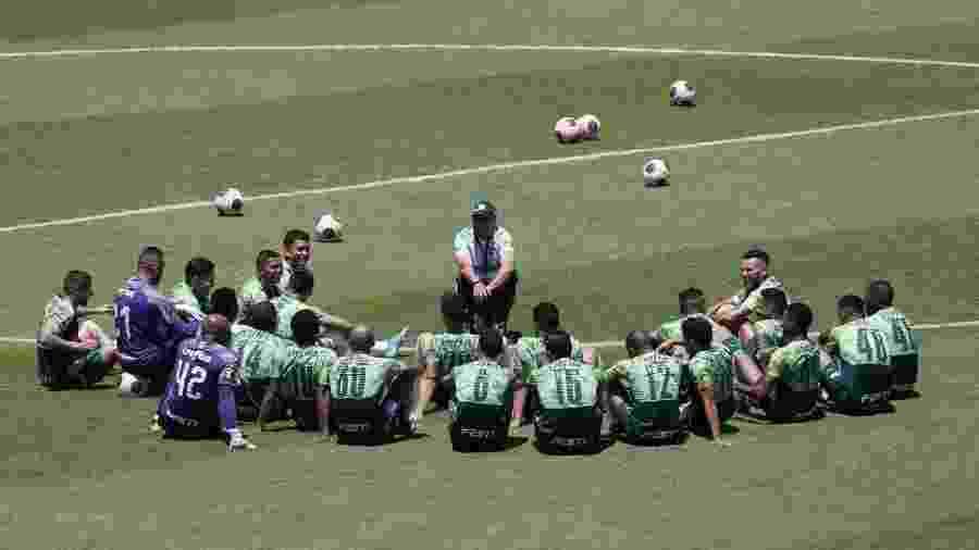 Vanderlei Luxemburgo conversa com jogadores do Palmeiras em treino em Araraquara - Cesar Greco/Palmeiras
