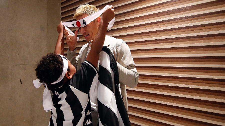 Honda recebe o carinho de pequeno torcedor do Botafogo em sua chegada - Vitor_Silva/Botafogo