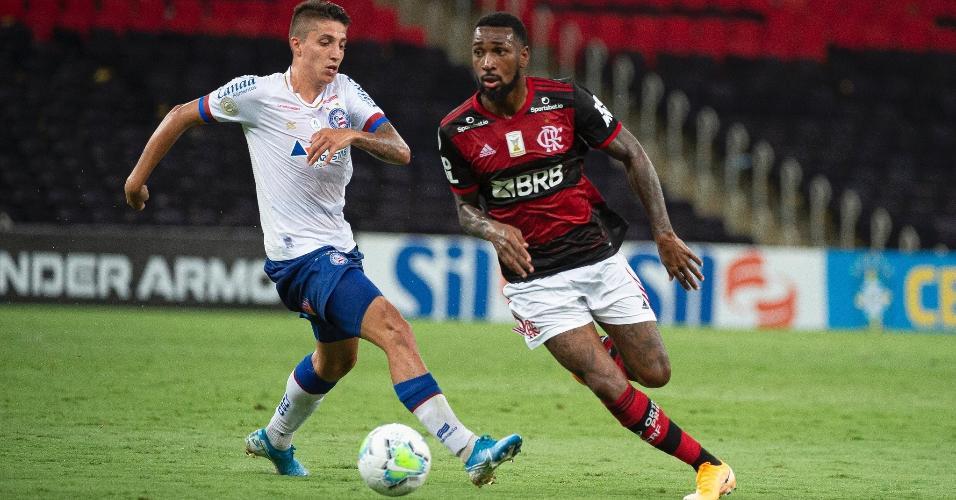 Gerson, do Flamengo, disputa bola com Ramírez, do Bahia, em partida do Brasileirão