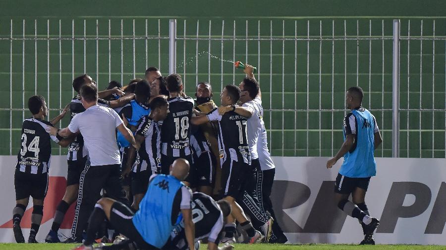 Jogadores do Botafogo celebram o gol de Marco Antônio, que deu a vitória diante do Nova Iguaçu - Thiago Ribeiro/AGIF
