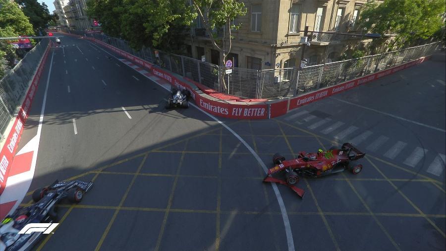 Yuki Tsunoda (Alpha Tauri) e Carlos Sainz (Ferrari) batem nos minutos finais da classificação para o GP do Azerbaijão - Reprodução/Fórmula 1