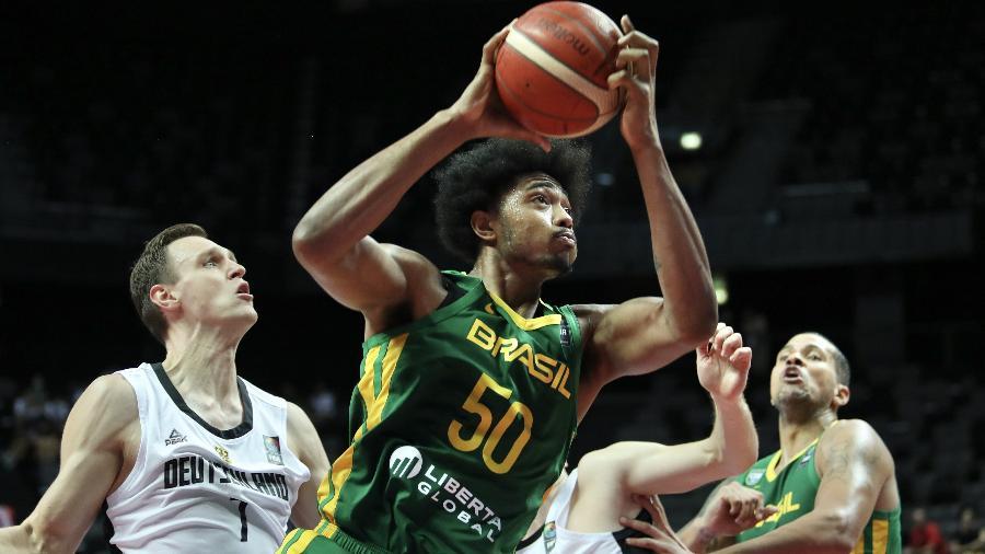 Bruno Caboclo em ação pelo Brasil contra a Alemanha no pré-olímpico masculino de basquete - Ivo Cagalj/Pixsell via Xinhua