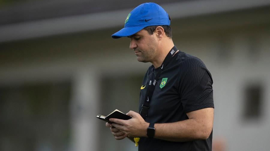 André Jardine durante o treino de hoje (2) da seleção brasileira olímpica, no Nakata Sports Center. - Lucas Figueiredo/CBF