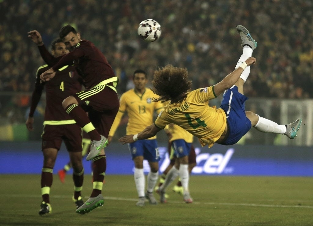 David Luiz acerta linda bicicleta no jogo do Brasil contra a Venezuela
