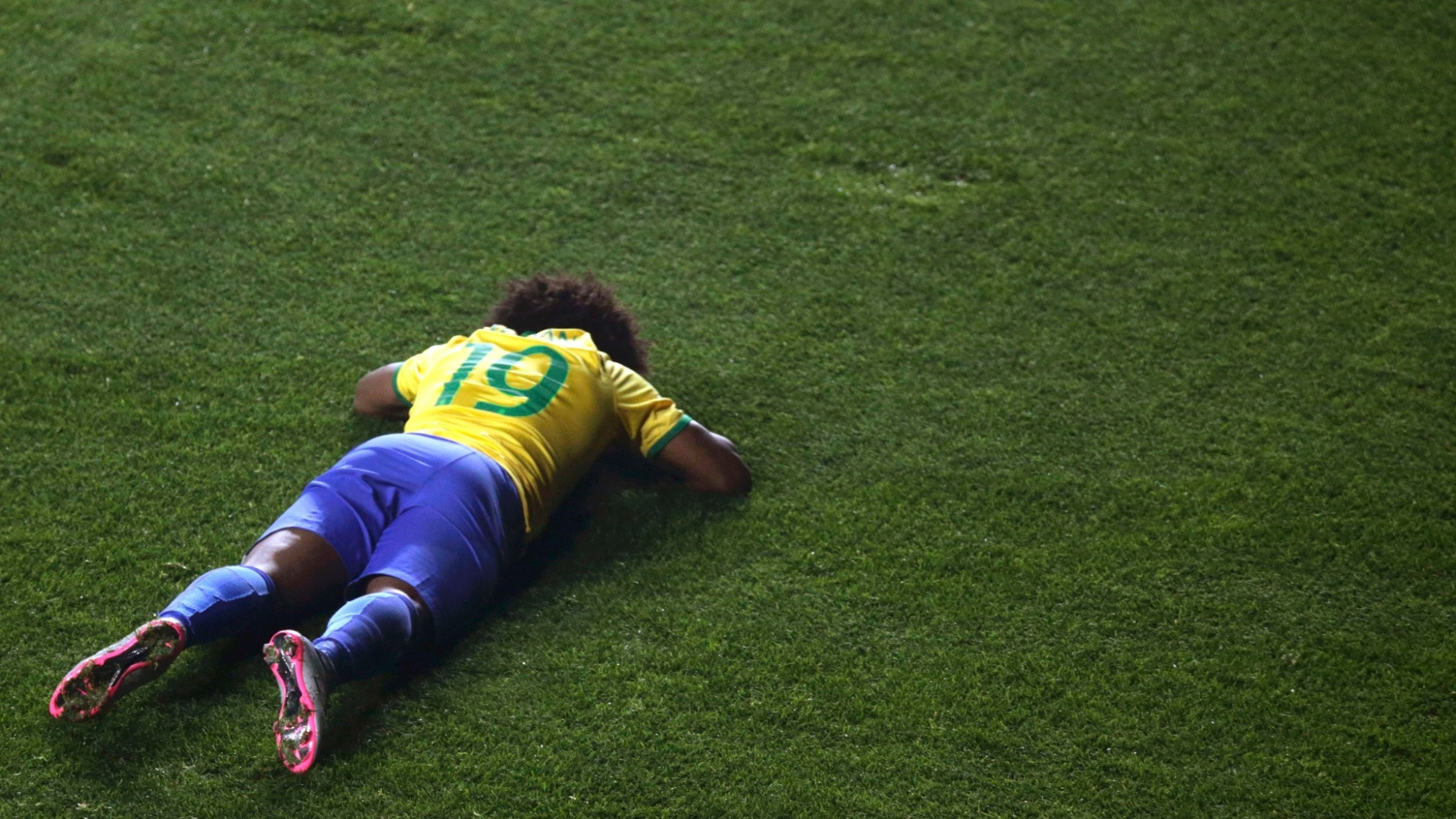 Willian fica caído durante jogo do Brasil pelas quartas de final da Copa América