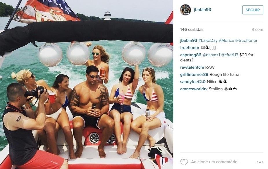 Jason Babin, do Jacksonville Jaguars, já postou uma foto rodeado de mulheres, em uma lancha