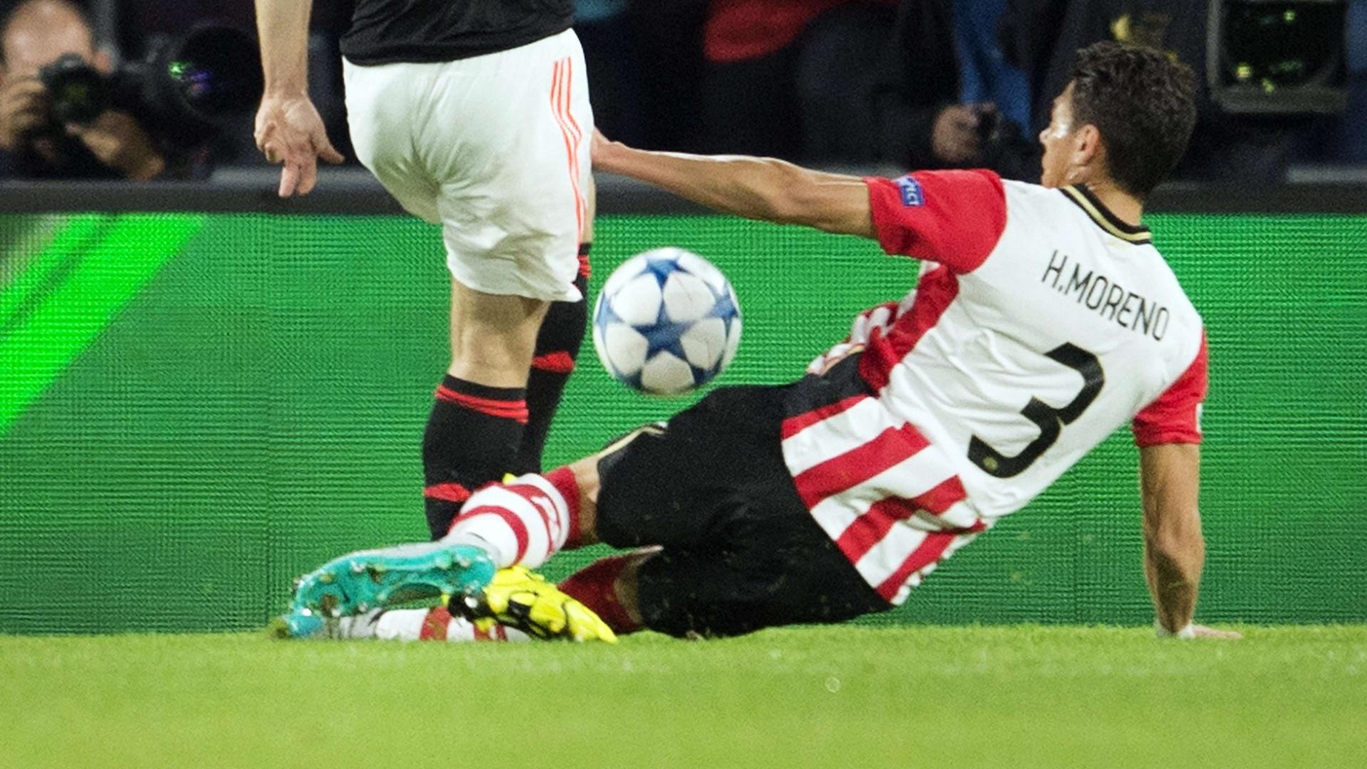 Hector Moreno dá entrada forte em Luke Shaw
