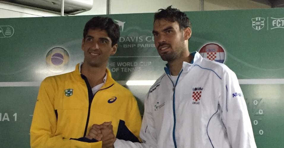 Thomaz Bellucci ao lado do croata Mate Delic, seu primeiro adversário na Copa Davis