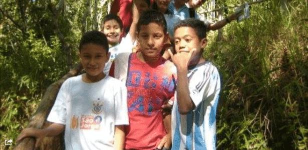 Malcom, com camisa da Argentina, durante férias com a família de Arana (de vermelho) - Arquivo pessoal - Arquivo pessoal