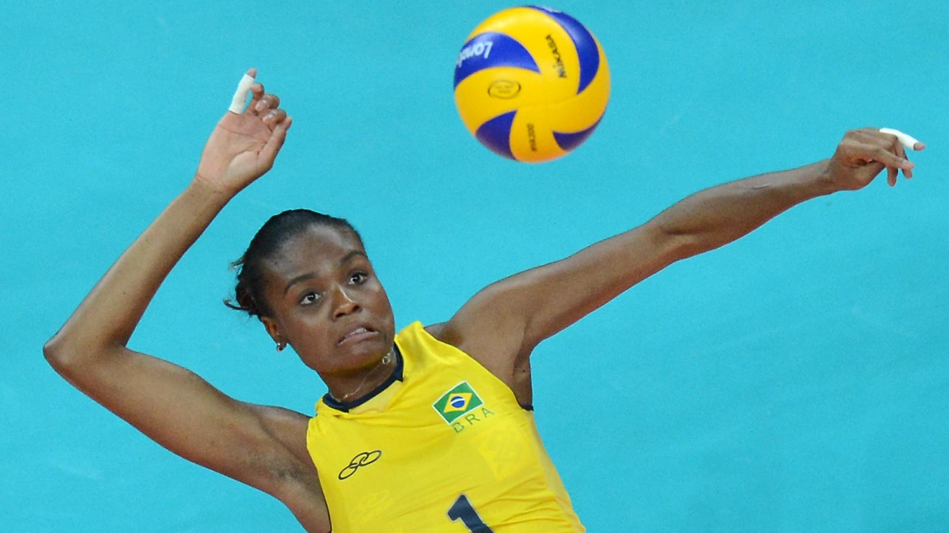 03.ago.2012 - Fabiana ataca em jogo da seleção brasileira contra a China pela Olimpíada de Londres