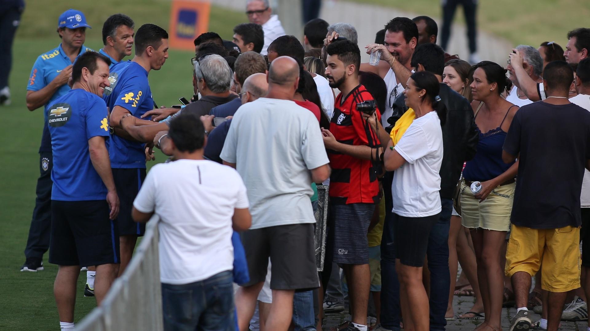 Dunga, Rinaldi e Lúcio atendem torcedores que foram ao treino da seleção