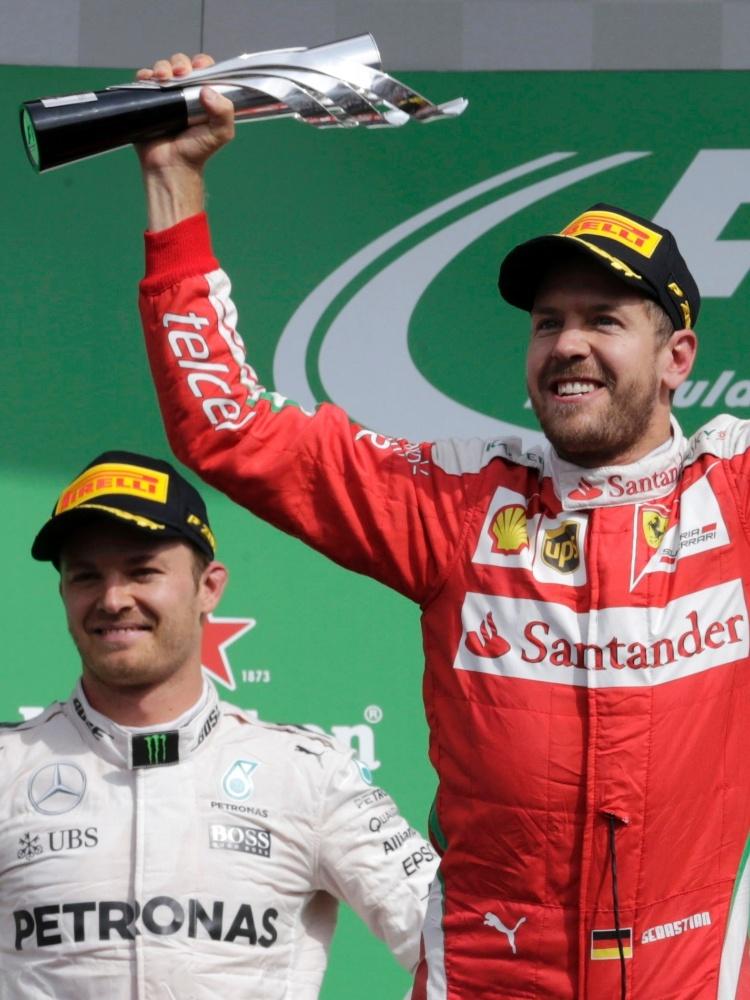 Sebastian Vettel no pódio do GP do México, ao lado de Nico Rosberg e Lewis Hamilton