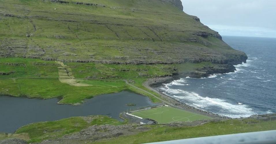No Eidi Stadium, das Ilhas Faroe, o gandula precisaria usar um barco se alguém cobrasse um pênalti à la Baggio