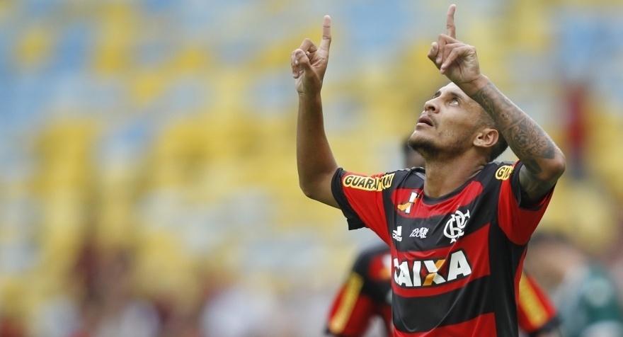 Meia Alan Patrick joga com a camisa do Flamengo